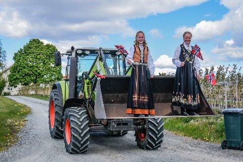 AVSTAND: I år som i fjor må vi holde avstand og barnetoget et avlyst. i Fjor vinket Aase Marie Letmolie og Thea Emilie Letmolie pent til alle som kjørte forbi gården deres i Vestfossen.