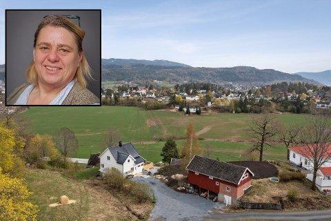 SELGER: Aina Andersen (52) selger småbruket sitt i Vestfossen.