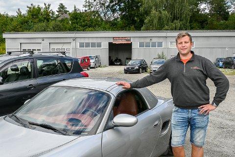 BRUKTBIL: – – Det ligger an til at vi skal sette ny omsetningsrekord, og i år selge bruktbiler for 40 millioner kroner, sier Andre Røren Sørhusbakken, eier av ARS Consulting AS.