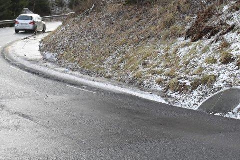 Samler seg vann: Innerst i Bolsethsvingen på fylkesvei 120 i Kirkebygda samler det seg ofte mye vann. Vannet renner ikke bort til kummen som er gravd ned.