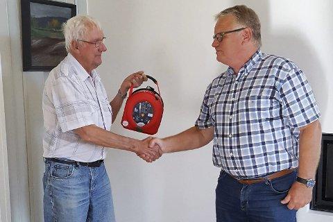 Gave: Per Eivind Grosvold i Enebakk Lions Club overrekker hjertestarteren til Arild Degrum på Ignarbakke.foto: privat