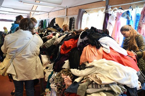 0,8 tonn tekstiler ble igjen etter loppemarkedet i Ytre og korpset er glade de slipper å bare kaste det.