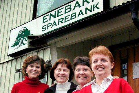 Ansatte i Enebakk Sparebank takker kundene. Mona Lillejordet, Kari Resaland, Eva Ek og Wendy Berglund.