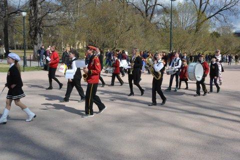 Musikanter fra Stranden skolemusikkorps og Enebakk skolemusikkorps gikk parade fra Akershus festning til Slottsplassen.
