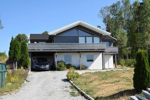 Rådyrveien 21 (Gnr 93, bnr 305) er solgt for kr 5.370.000 fra Frank Robert Jensen og Nina Aarrestad til Katie Knagenhjelm og Mads Andrè Rotås Randem (22.06.2018)