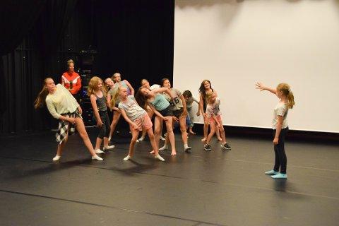 Dansegruppa imponerte under avslutningen av sommerkulturskolen.