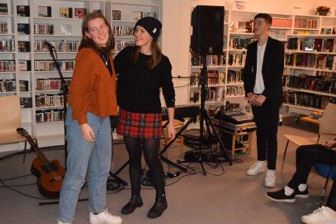 Glade musikere takker hverandre. F.v. Kiara Rokosz, Kaja Gunnufsen og Markus Louis Mascolo.