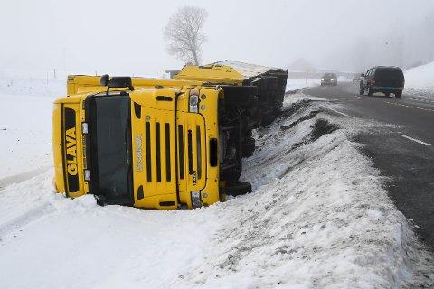Lastebil veltet på fylkesvei 120 i Kirkebygda.