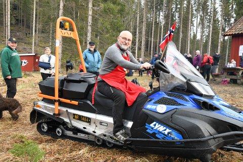 NY SNØSCOOTER: Frank Bergstrøm gleder seg til å få teste ut den nye snøscooteren når snøen kommer.