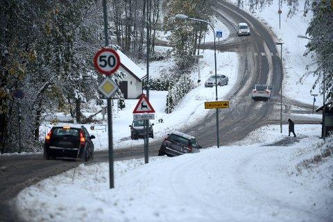 MANGE SLET: Tirsdag var det mange som slet på romeriksveiene i snøværet. Her er tre biler ute av veien i Rælingen.