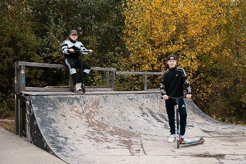Magnus Lunde (til venstre) og Nicholas Sæther liker seg i skateparken på Flateby. Men parken er sliten. Rampene har delt seg, skilt seg fra bakken og treverket er råttent og fullt av hull.