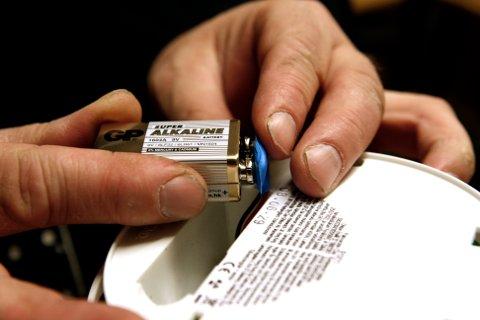 Mandag 1. desember er utpekt som Røykvarslerens dag. Da bør alle skifte batteri i sine røykvarslere.