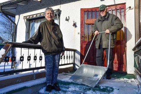 Laila og Paul Bjørnevåg synes det er godt å komme hjem igjen tirsdag, og gikk umiddelbart i gang med snømåkingen.
