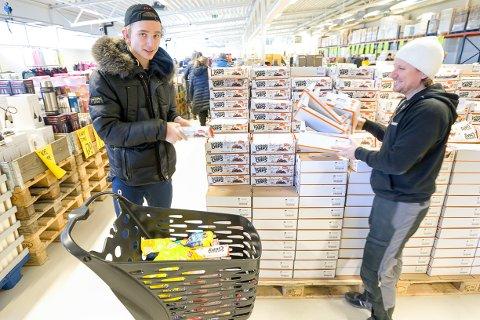 HELGEHANDEL: Johannes Smaaberg er fornøyd med å kunne handle store sjokoladeplater for en tier hos Morten Bergsjø.
