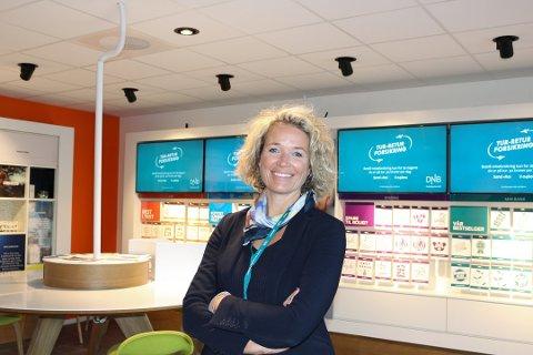 HJELP Å FÅ: Banksjef Karen Marie Sæther Larsen forteller om stor pågang av bankkunder som ber om hjelp. Foto: Karin Hanstensen