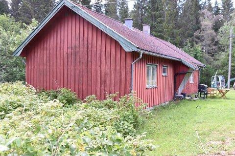 Bjørnholt består av den gamle rødmalte skogvokterboligen og et uthus og ligger innerst i Bjerklandsveien ved Durud i Ytre.