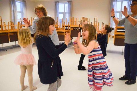 Både store og små har lært å danse med Leikarringen Ignar, som nå altså heter Danseklubben Ignar. Her fra en øvelse for de minste på Ignarbakke i 2018.