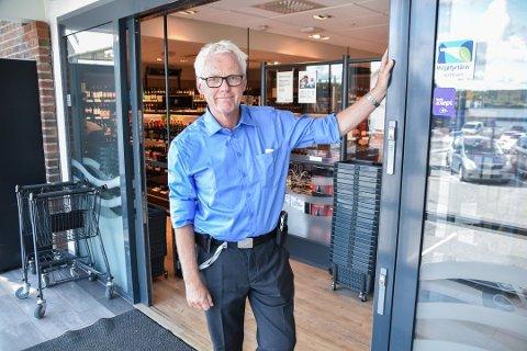 ÅPENT LENGER: Bård Wangen er butikksjef for Vinmonopolet i Ås sentrum og Ytre Enebakk.