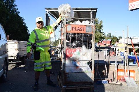 Ola Hansen med plast på ROAFs gjenvinningsstasjon i Enebakk.
