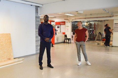Ahmed Jama, daglig leder og optiker, og Kaja Mathiesen, senterleder på Vågsenteret.