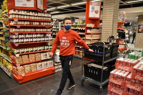 Butikksjefen på Meny på Ski storsenter Christian Hagen synes det er flott med netthandel, for da kan de tilby butikkens innhold til enda flere. Omsetningen i butikkens netthandel doblet seg i løpet av korona-året 2019.