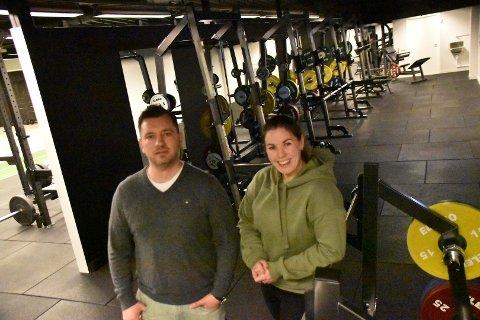 Nina Sørøy Rønningen og Thomas Hansen kan endelig åpne Y3T i Ytre på torsdag og gleder seg til å tilby individuell trening i første omgang, og etterhvert varierte gruppetimer, når det tillates. Sveip for å se flere bilder fra innsiden.