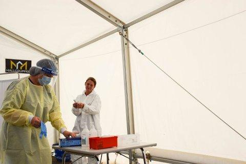232 er koronatestet i Enebakk denne uken. 10 nye smittetilfeller er registrert. Her ser vi helsesekretær Ann-Katrin Hind (t.v.) og hjelpepleier Kristin Jakobsen under testing i fjor.