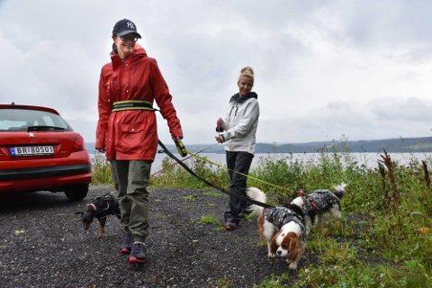Tine Lill Nielsen (f.v.) og Linda Ygranes vil la et område i Øyerenveien bli et helt nytt hundejorde på Flateby.