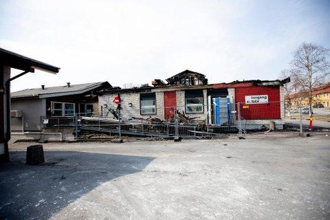 Her startet brannen: I en bod som sto inntil Joker-bygget. Vi ser takutspringet til venstre i bildet, men boden synes ikke her. På NAV var det antent til høyre for inngangsdøren. Det viser både politiets og brannvesenets undersøkelser.