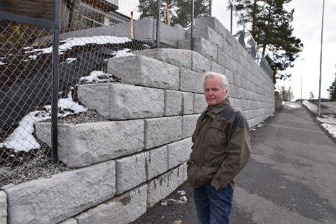 I tre måneder i fjor var det anleggsarbeider i og utenfor hagen til Per Bakkene i Ytre. Nå har han fått beskjed om at den nye muren må rives for at ny skal bygges, og at den kommer enda lenger inn på tomta hans.