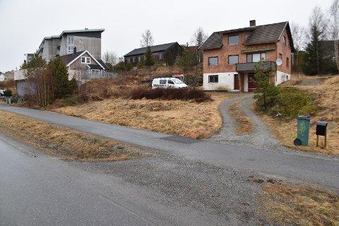 Hus og en gammel låve er tenkt revet, og syv nye eneboliger og garasjer planlegges bygget her i Østmarkkollen. Tiltakshaver søker om en tilleggsinnkjørsel fra oversiden til prosjektet.