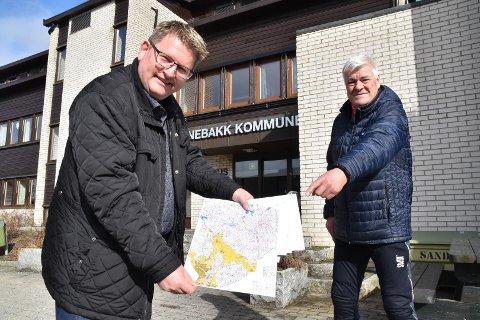 Sturla Kaasa sr. (t.h.) i Driv håper mange prøver årets turorientering. Hans Kristian Solberg synes dette er flott tilrettelegging.