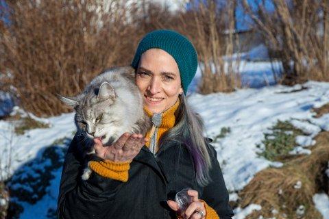 EIER EN KATT MED PERSONLIGHET: Turid Stokstad Alvheim sammen med katten Qvist.