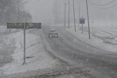 Slik ser det ut på fylkesvei 120 i Kirkebygda i dag tidlig.
