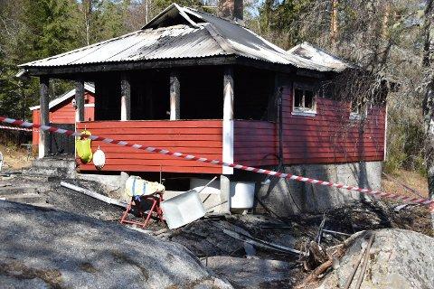Hytta i Dalefjerdingen ble totalskadd i brannen fredag. En mann er avhørt og siktet, men løslatt fra politiets varetekt.