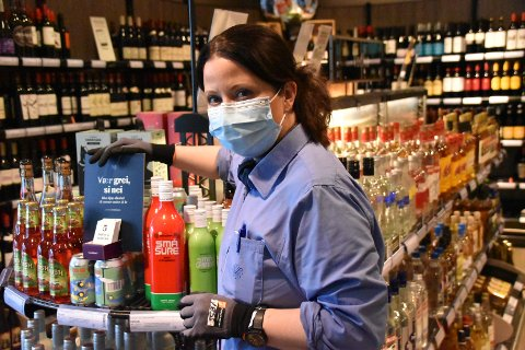 Anita Svang, butikkansvarlig på Vinmonopolet i Ytre.