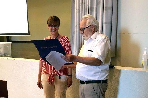 Rådmann Kjersti Øiseth da hun i fjor ble tildelt en oppmerksomhet fra Enebakk Rotary.