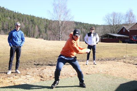 Jørgen Rundhaug kaster, mens kompisene Magnus Stensrud og Robin Gonella følger spent med.