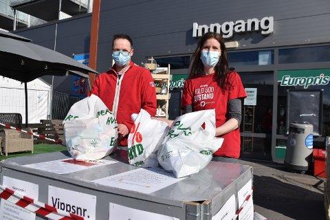 Truls Lauveng og Gro Odden Berg pakker og pakker varer om dagen. Det har vært hektisk etter at også Europris fikk på plass Klikk & hent, selv om det er færre kunder totalt.