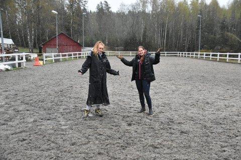 Daglig leder i Stall Cheval på Durud Hanne Westgaard (t.h.) og styreleder i Ytre Rideklubb Nina Johanne Solholm er overrasket over avslaget på søknaden om oppføring av en ny ridehall på Durud.
