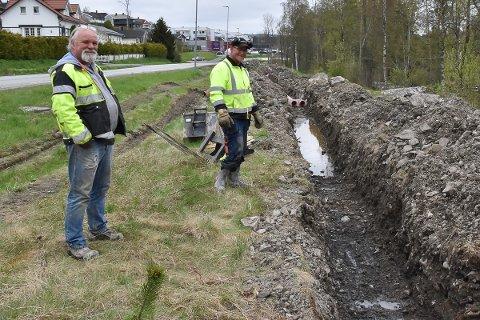 Begynte med det vanskeligste gravearbeidet. John Bekkelund (t.v.) og Andreas Hasmo.
