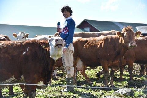 Enrique Drageseth spiller en reporter i Folkerikets nye serie med reklamefilmer som skal gå på TV og på nett. Filmene er folkelige og humoristiske, og dermed befant han seg denne uken midt i en bøling med noen av kuene på Nordre Brevig gård i Ytre Enebakk.