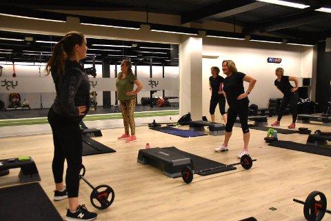 Nina Sørøy Rønningen i gang med onsdagens parti for spreke seniorer. Det nye treningssenteret har snart rundet 600 medlemmer.