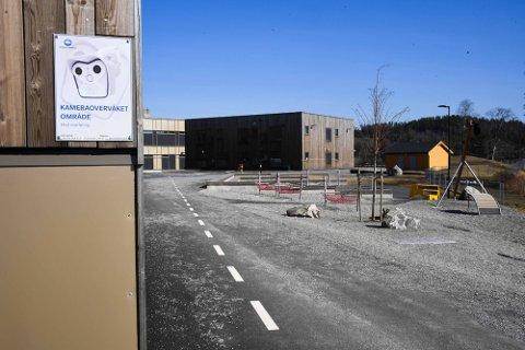Det er kameraovervåkning på Ytre Enebakk skole, og flere ungdom som ødela en platting på skolen på kvelden søndag 16. mai er på filmen som kommunen har sendt til politiet.