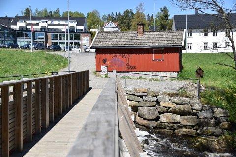 Den lille røde bygningen mellom Vågsenteret og Tangenelva var tidligere skomakerstue.