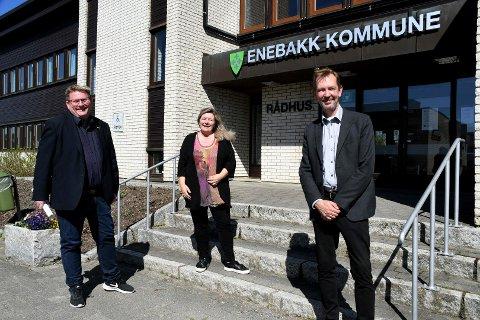 Ordfører Hans Kristian Solberg (Sp), Tonje Anderson Olsen (H) og Dag Bjerke (Frp) mener Enebakk har en tomt som egner seg meget godt til det nye fengselet som skal bygges.