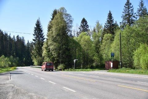 Sikten for de som kommer ut i denne veien, Råkendalfaret, er dårlig mot nord. Svingen og store trær i tillegg hindrer sikten.
