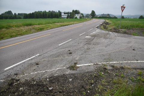 Traileren dro først utfor veibanen her før 80 sonen går over i 60-sone mot Kirkebygda, men klarte å styre bilen inn på veibanen igjen. I avkjørselen til Vengsveien ligger det stein, og skiltet har fått seg en trøkk.