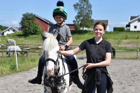 Olai Mjønli fra Kirkebygda hadde det moro på åpen dag i regi av Fortuna rideklubb.