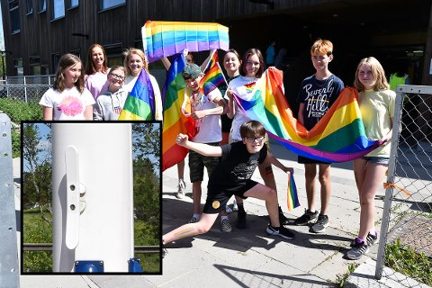 Elever markerte med Pride-flagg.